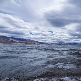 Tso Moriri lake with waves