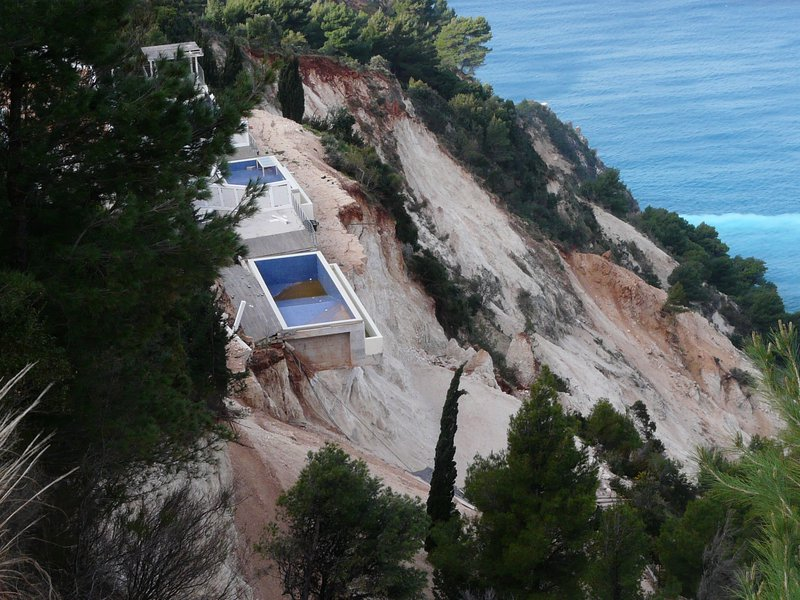 Earthquake-induced failures: Lefkada, Greece 2015 event