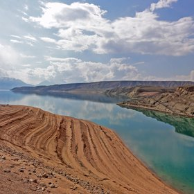 Lake level changes overprinting geology