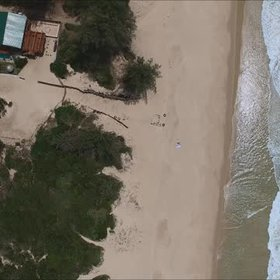 Ipnotic waves: shoreline surf area in Macaneta, Mozambique