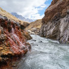 Hot spring waters meet the cold Maipo river